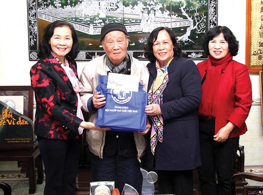 Chủ tịch Phạm Thị Hải Chuyền tặng quà chúc Tết cụ Vũ Oanh