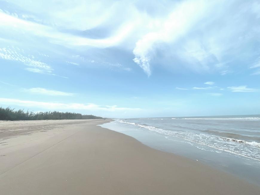 Bãi biển Tân Dân với vẻ đẹp nguyên sơ, bãi cát trắng mịn trải dài