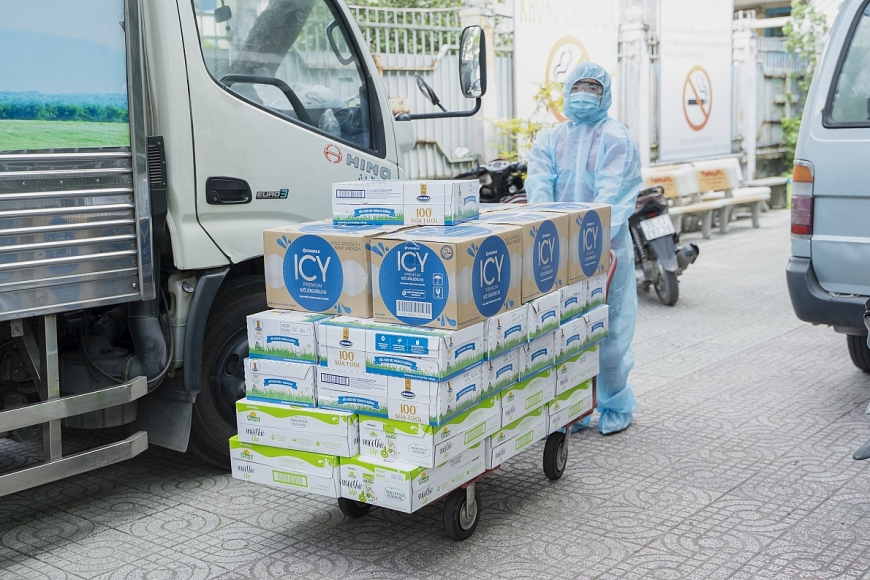 48.000 sản phẩm gồm sữa tươi, nước giải khát, sữa trái cây Vinamilk đã kịp thời tiếp sức cho các cán bộ tuyến đầu TP.HCM, tổ công tác đang làm việc, lấy mẫu, xét nghiệm bất kể ngày đêm