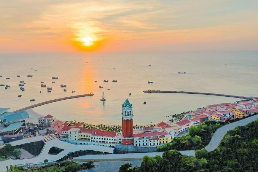 Sun Premier Village Primavera ôm trọn bờ biển Nam đảo Ngọc và sát gần nhiều công trình biểu tượng của Sun Group