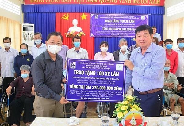 Trao tặng 100 chiếc xe lăn cho người khuyết tật tại Cà Mau
