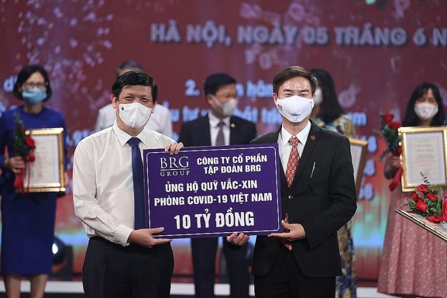 Đại diện Tập đoàn BRG trao ủng hộ 10 tỷ đồng tại sự kiện
