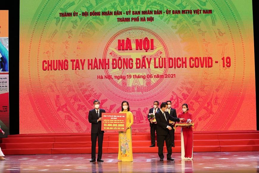 Tập đoàn Sun Group trao tặng Quỹ Vắc xin Hà Nội 55 tỷ đồng