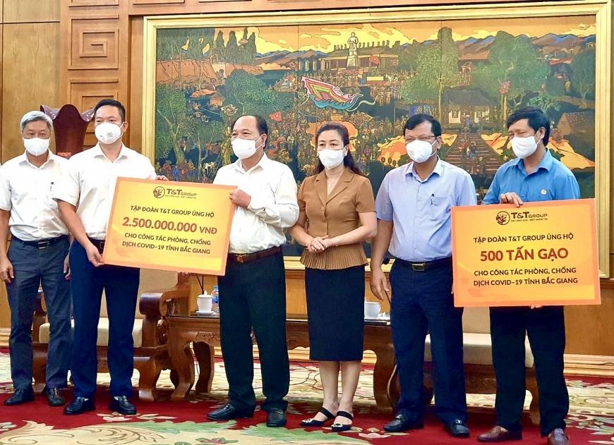 Đại diện Tập đoàn T&T Group trao tặng tỉnh Bắc Giang 2,5 tỷ đồng và 500 tấn gạo