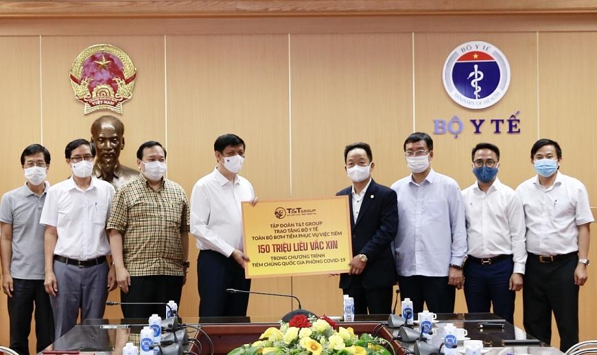Ông Đỗ Quang Hiển, Chủ tịch HĐQT kiêm Tổng Giám đốc Tập đoàn T&T Group trao tặng toàn bộ bơm kim tiêm phục vụ chiến dịch tiêm 150 triệu liều vắc xin phòng COVID-19 cho GS.TS Nguyễn Thanh Long, Bộ trưởng Bộ Y tế