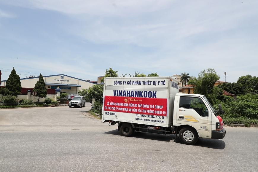 Lô hàng rời Nhà máy của Công ty thiết bị y tế VINAHANKOOK tại Hà Nội để vận chuyển vào TPHCM bằng đường hàng không
