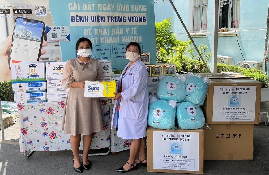 Đại diện Vinamilk trao tặng các món quà và sản phẩm dinh dưỡng đến y bác sĩ và các em đang điều trị tại Bệnh viện Trưng Vương