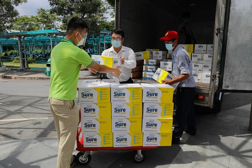 Trong dịp này, nhãn hàng Sure Prevent Gold & Optimum Gold cũng đã trao tặng hàng ngàn phần quà đến các bệnh viện Nhi Đồng Thành Phố & Chợ Rẫy (Tp.HCM), Bạch Mai (Tp.Hà Nội); Bệnh viện C (Tp.Đà Nẵng)