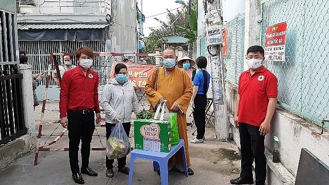 Đoàn công tác từ thiện đã đến trực tiếp vùng cách ly, phong toả tại xã Phú Xuân và khu phố 7, thị trấn Nhà Bè để trao trao tặng 100 phần quà cho người dân trong vùng dịch