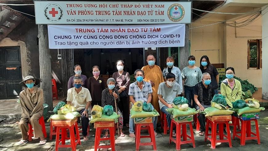Thượng tọa Thích Truyền Tứ, Giám đốc Trung tâm nhân đạo Từ Tâm, Trụ trì Chùa Huyền Trang (Chùa Lá) trao quà cho Người cao tuổi và bà con nghèo tại huyện Nhà Bè