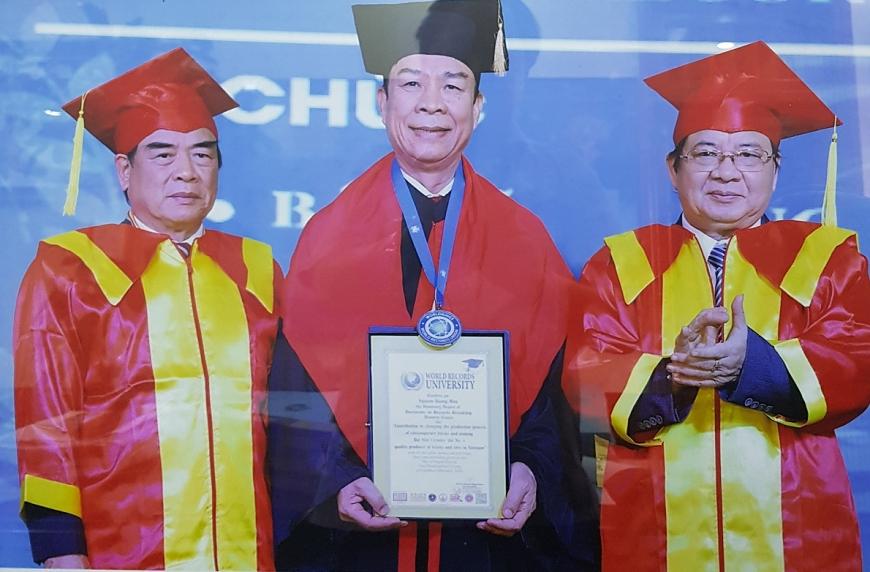 Anh hùng Lao động Nguyễn Quang Mâu nhận danh hiệu Tiến sĩ danh dự của Viện Đại học Kỷ lục Thế giới