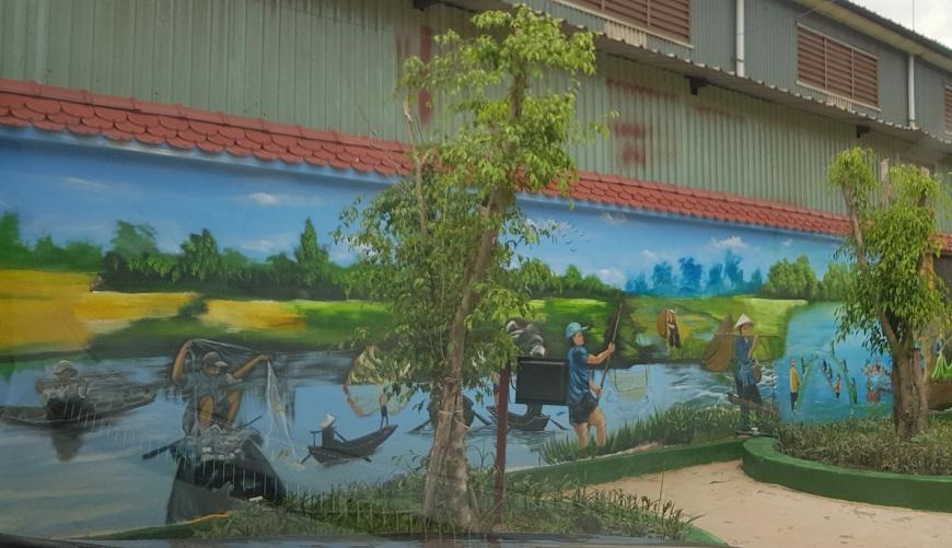 Một trong 100 bức tranh cảnh  đồng quê Bắc – Trung – Nam được vẽ trên các bức tường bao Công ty.