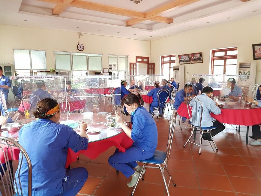 Nhà ăn tập thể của Công ty Gốm Đất Việt trong đại dịch Covid-19.