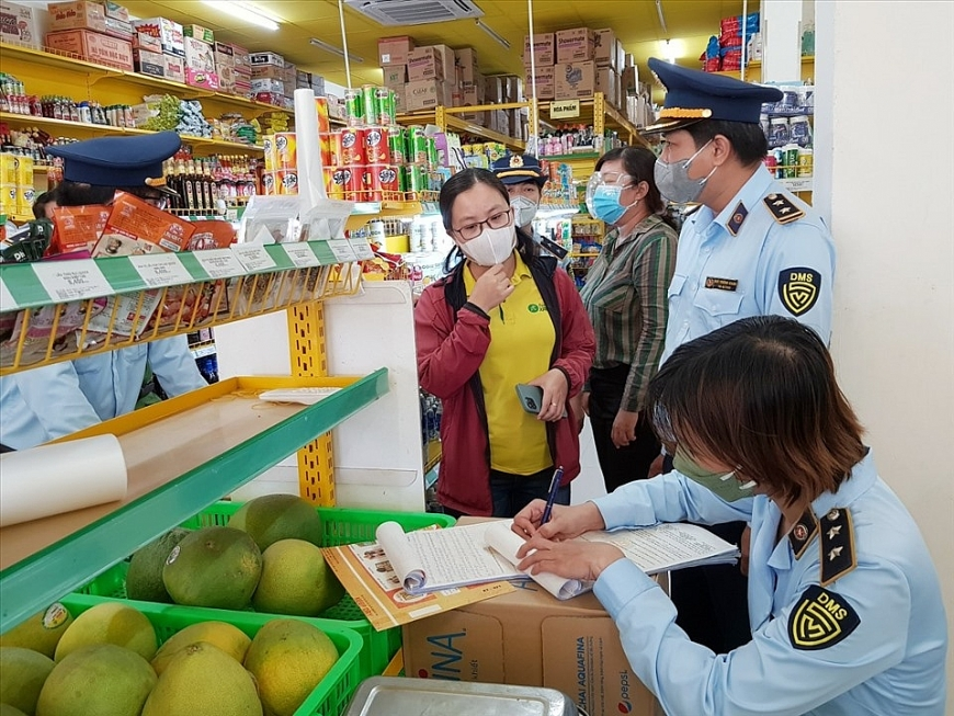 Lực lượng quản lý thị trường ở Sóc Trăng kiểm tra, lập biên bản cửa hàng Bách Hoá Xanh. Ảnh: QLTT Sóc Trăng