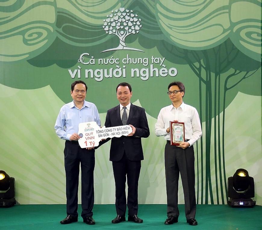 Ông Bùi Trung Kiên (đứng giữa) đại diện BSH trao ủng hộ 1 tỷ đồng cho Mặt trận Tổ quốc Việt Nam