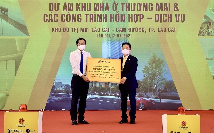 Ông Đỗ Quang Hiển, Chủ tịch HĐQT kiêm Tổng Giám đốc Tập đoàn T&T Group (bên phải) trao tặng trang thiết bị y tế hỗ trợ công tác phòng, chống dịch Covid-19 cho ông Trịnh Xuân Trường, Chủ tịch UBND tỉnh Lào Cai (bên trái).