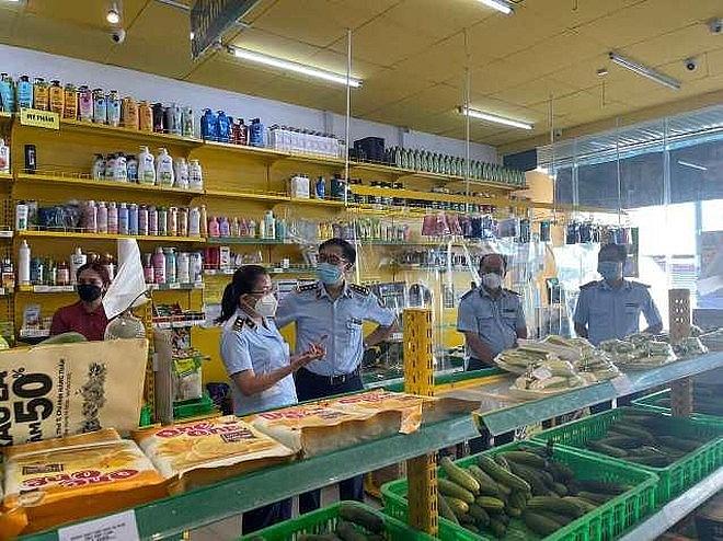 Lực lượng chức năng kiểm tra cửa hàng Bách Hóa Xanh