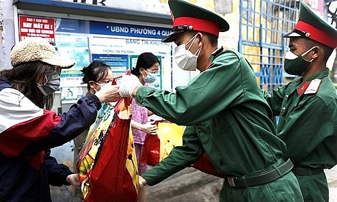 Đi chợ hộ và bán nông sản đến từng nhà dân ở TP. Hồ Chí Minh