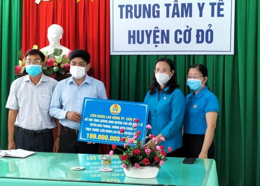 Chủ tịch LĐLĐ TP.Cần Thơ Lê Thị Sương Mai trao hỗ trợ tăng cường dinh dưỡng cho đội ngũ y tế tại Trung tâm y tế huyện Cờ Đỏ.