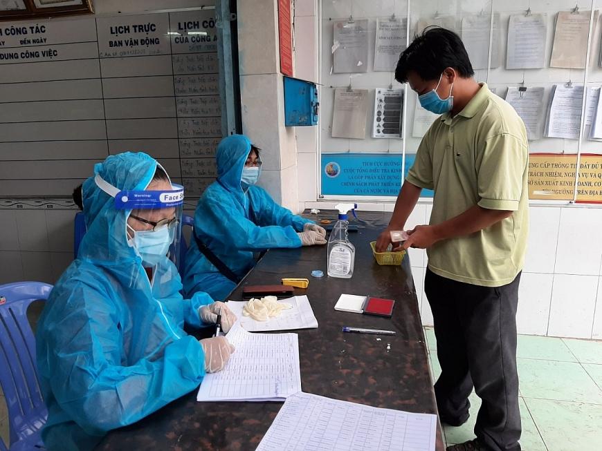 Cán bộ phường Hưng Lợi cấp phát tiền hỗ trợ người dân.