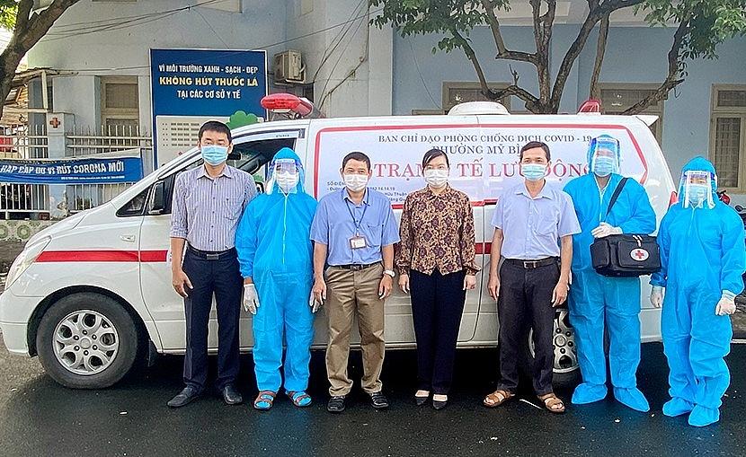 Lãnh đạo phường Mỹ Bình, TP Long Xuyên và ê kíp Trạm Y tế lưu động cùng phương tiện chăm sóc người cao tuổi tại nhà.