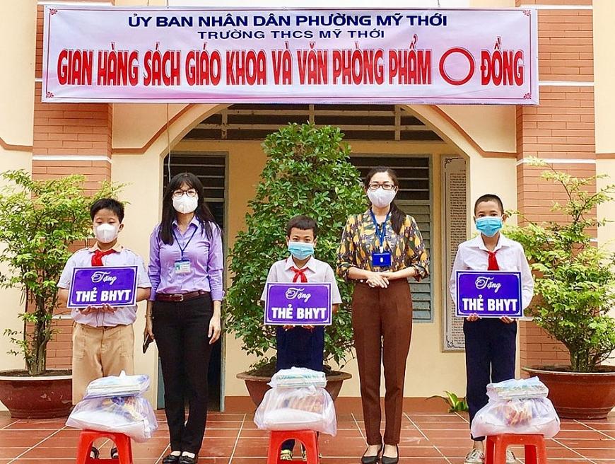 Tặng thẻ BHYT cho học sinh nghèo phường Mỹ Thới, TP Long Xuyên.