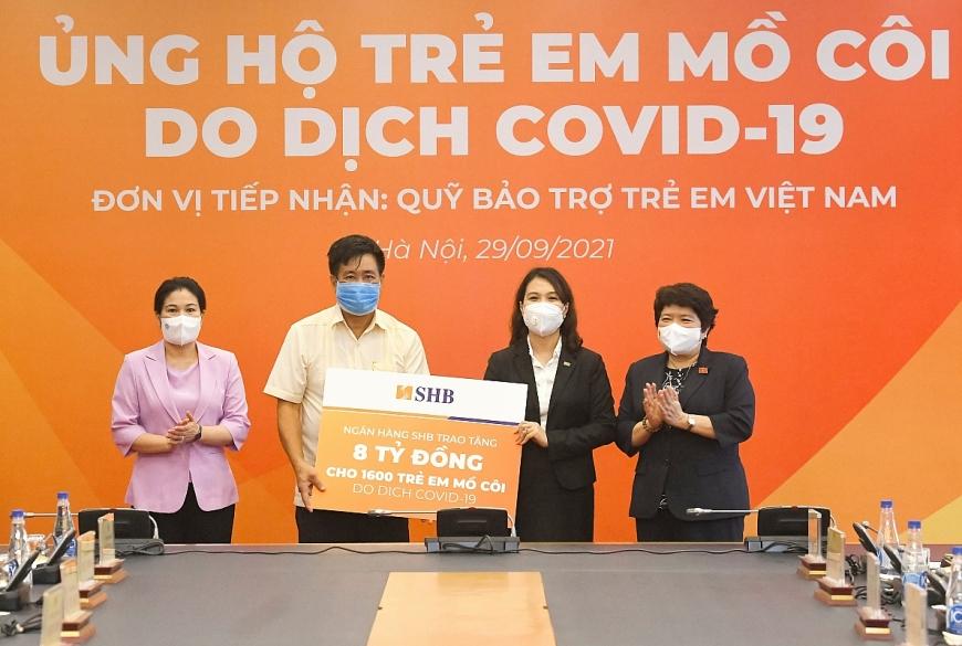 Đại diện SHB, Phó Tổng Giám đốc Ninh Thị Lan Phương trao hỗ trợ 8 tỷ đồng cho Quỹ bảo trợ trẻ em Việt Nam nhằm hỗ trợ 1.600 trẻ em mồ côi trong đại dịch Covid-19 trên cả nước