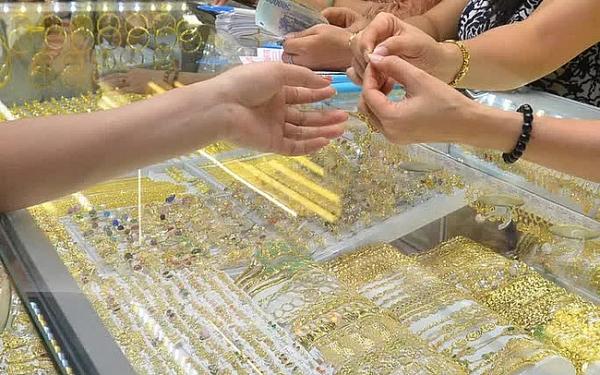 """Sau nhiều phiên liên tiếp giảm giá, xuất hiện """"đòn bẩy"""" khiến giá vàng có xu hướng tăng trở lại"""