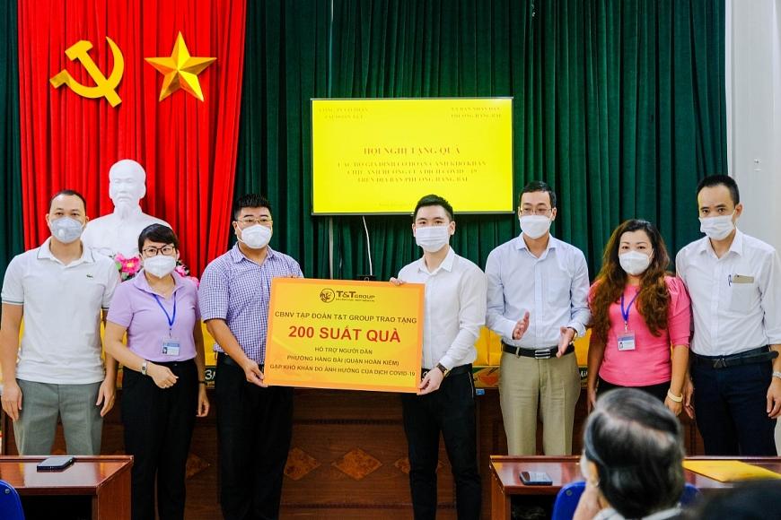 Ông Đỗ Vinh Quang, Thành viên HĐQT Tập đoàn, Chủ tịch CLB Bóng đá Hà Nội trao tặng các phần quà hỗ trợ cho người dân phường Hàng Bài (quận Hoàn Kiếm) gặp khó khăn do dịch COVID-19
