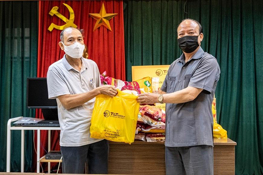 Ông Nguyễn Tất Thắng, Phó Tổng Giám đốc Tập đoàn T&T Group trao tặng các phần quà hỗ trợ cho người dân phường Phan Chu Trinh (quận Hoàn Kiếm)