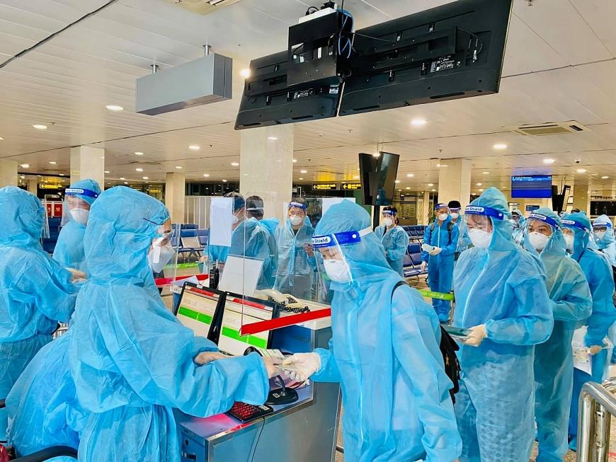 Các y bác sĩ đều được sàng lọc yếu tố dịch tễ và có kết quả xét nghiệm âm tính với virus SARS-CoV-2 72 giờ trước khi lên máy bay