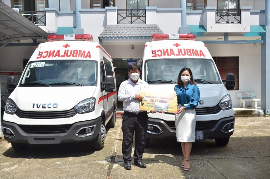 Đại diện Tập đoàn Sun Group (áo xanh) trao bảng tượng trưng hỗ trợ lãnh đạo Sở Y tế Kiên Giang (6)