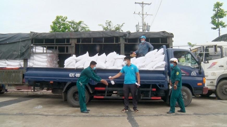 Gạo được vận chuyển tới nơi cấp phát cho người cao tuổi nghèo.