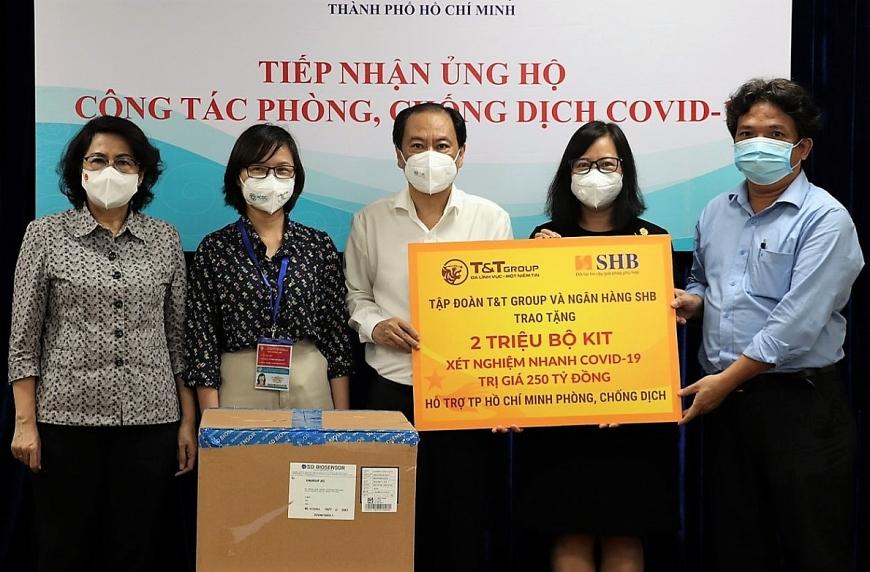 Đại diện Tập đoàn T&T Group và Ngân hàng SHB trao tặng 2 triệu kit xét nghiệm nhanh COVID-19 cho lãnh đạo Ủy ban MTTQ Việt Nam TPHCM và Sở Y tế TPHCM