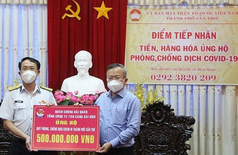 Chủ tịch Ủy ban MTTQVN TP Cần Thơ tiếp nhận tiền ủng hộ công tác phòng, chống dịch Covid-19. (2)