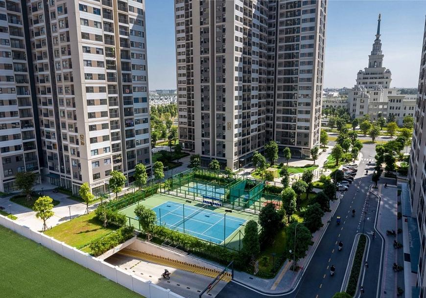 Dưới chân mỗi tòa căn hộ đều là các tổ hợp sân thể thao: tennis, bóng rổ, bóng chuyền hơi, cầu lông…giữa không xanh cây xanh mát mẻ, được chăm sóc gọn gàng, sạch sẽ